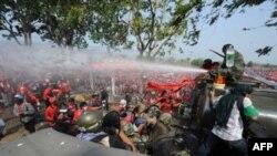 Tajlandska vojska koristi vodene topove protiv antivladinih demonstranata u Bangkoku