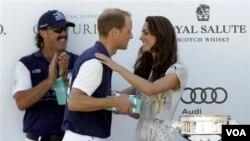 Kate, Duchess of Cambridge, memberikan tropi bagi tim pemenang pertandingan polo sebelum memberi kecupan kepada suaminya, di lapangan polo Santa Barbara, Carpinteria, Kalifornia (10/7).