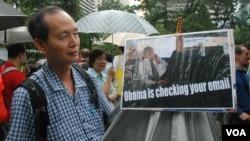香港市民葉先生手持諷刺美國總統奧巴馬侵犯民眾電郵私隱的標語參加遊行 (美國之音湯惠芸)