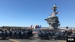 Menteri Pertahanan AS Ash Carter berpidato di atas kapal induk raksasa USS Carl Vinson di pelabuhan San Diego, California, Kamis (29/9). (VOA/C. Babb)