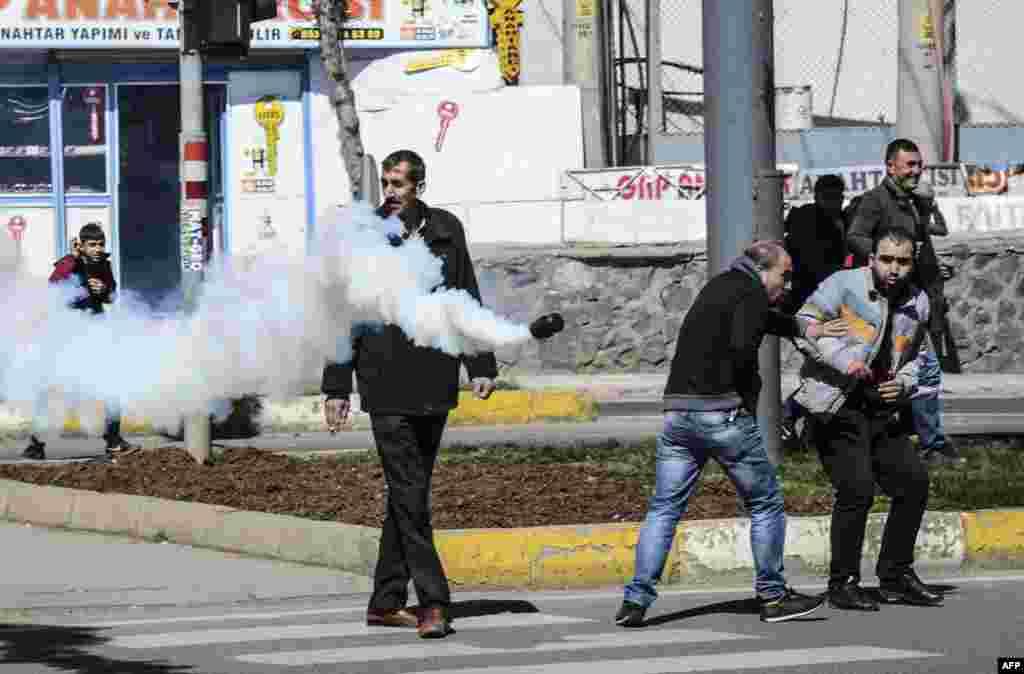 اینجا هم صحنه اعتراض ها در جنوب ترکیه است. پلیس ترکیه به سمت شهروندان کرد دیاربکر، گاز اشک آور پرت کرده است.