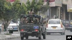 Pasukan keamanan Yaman melakukan patroli di kompleks kedutaan asing di Sana'a (foto: dok). Pengadilan keamanan negara Yaman menjatuhkan hukuman penjara atas tiga militan al-Qaida karena merencanakan serangan terhadap pasukan keamanan, misi diplomatik dan berbagai instansi pemerintah di negara itu.