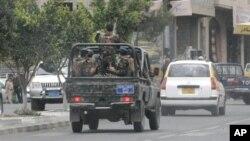 Pasukan keamanan Yaman melakukan patroli di kompleks kedutaan asing di Sana'a (foto: dok). Kawanan bersenjata menewaskan seorang diplomat Saudi, Rabu (28/11).