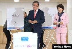 한국 자유한국당 홍준표 대선후보가 9일 오전 서울 잠실동 투표소에서 부인 이순삼 씨와 함께 투표하고 있다.
