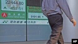 :一男子走过香港证券交易所
