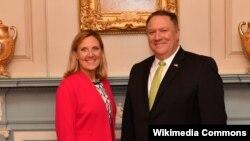 «آندرا تامسون» معاون وزارت خارجه آمریکا در امور کنترل تسلیحاتی در کنار مایک پمپئو وزیر خارجه ایالات متحده