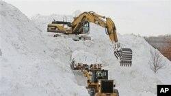 Откажани летови, затворени училишта во САД поради снегот