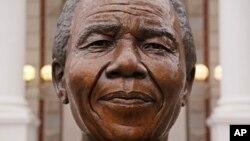 18일 아프리카 케이프타운에 설치된 넬슨 만델라 동상에 비가 내리가 있다.