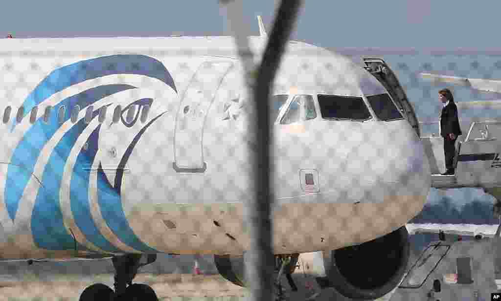 ہائی جیکر طیارے کو استنبول لے جانا چاہتا تھا مگر طیارے میں طویل سفر کے لیے ایندھن موجود نہ ہونے کی وجہ سے اسے قبرص کے شہر لارنکا کے ایئرپورٹ پر اتار لیا گیا۔