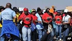 Une manifestation devant l'Hôpital Natalspruit à Johannesburg pour la hausse de salaire.