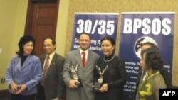 Luật sư Daniel Wolf và tài tử Kiều Chinh (giữa) tại lễ trao giải thưởng 'In pursuit of Liberty', 18/5/2010