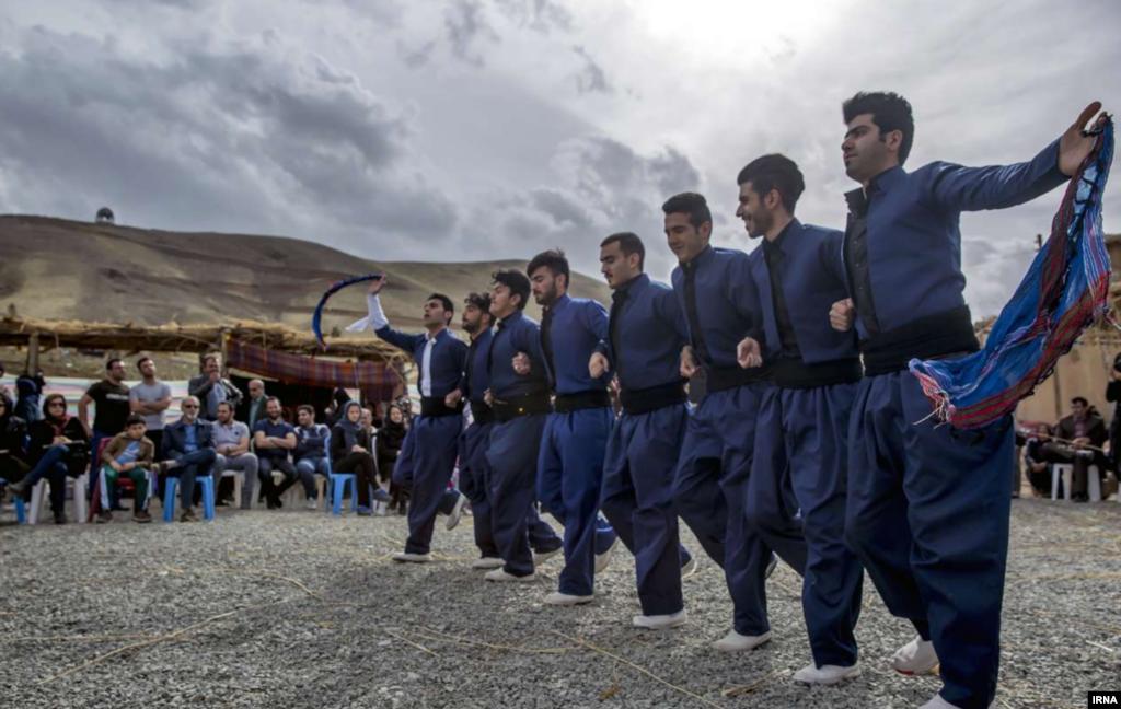 آیین سنتی «صدای پای بهار» در روستای کندوله- کرمانشاه عکس: بهمن زارعی