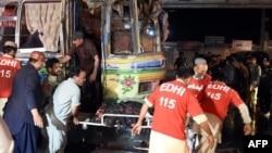 Warga setempat dan para relawan menolong para korban ledakan di dalam bisa penumpang di kota Quetta, Pakistan, Senin (19/10).