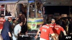 2015年10月19日巴基斯坦志愿者和当地居民从公交车移走炸爆炸受害者