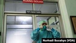 Seorang perawat di RSUP dr Sardjito mengenakan satu set alat pelindung diri (APD) lengkap. (Foto Nurhadi Sucahyo/VOA)