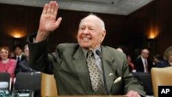 Mickey Rooney saluda en el Congreso donde testificó sobre el abuso de ancianos en 2011.