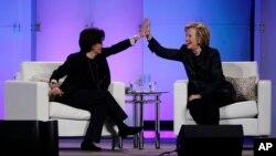Hình tư liệu - Bà Hillary Clinton (phải) và nhà bình luận công nghệ Kara Swisher tại Santa Clara, California, ngày 24 tháng 2 năm 2015.