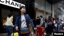 중국 관광객들이 홍콩의 명품거리에서 쇼핑하고 있다. (자료사진)