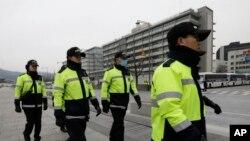 마크 리퍼트 주한미국대사가 괴한의 흉기 피습을 당한 5일, 서울 주한미국대사관 주변을 한국 경찰들이 순찰하고 있다.