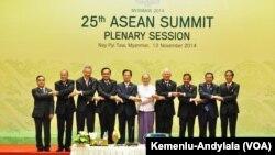 Presiden Jokowi berfoto bersama para pemimpin negara ASEAN di Myanmar (Foto: VOA/dok kemenlu-andylala)