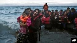 Một người phụ nữ hét lên để được giúp đỡ sau khi cô và con gái đến nơi dọc theo đảo phía đông bắc của Hy Lạp, ngày 02/10/2015.