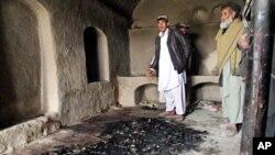 Pencvayi'deki cinayet mahallini gösteren Afgan köylüler