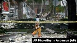 Vatrogasac kod tržog centar u mestu Plentejšn u kome se dogodila eksplozija gasa u restoranu brze hrane (Foto: AP)