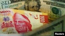 Mata uang Peso Meksiko dan mata uang dolar AS (foto: ilustrasi).