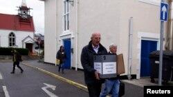 Волонтер Джек Харрис отправляется на один из островов архипелага с мобильной урной для голосования. Стэнли, Фолклендские острова. 10 марта 2013 года