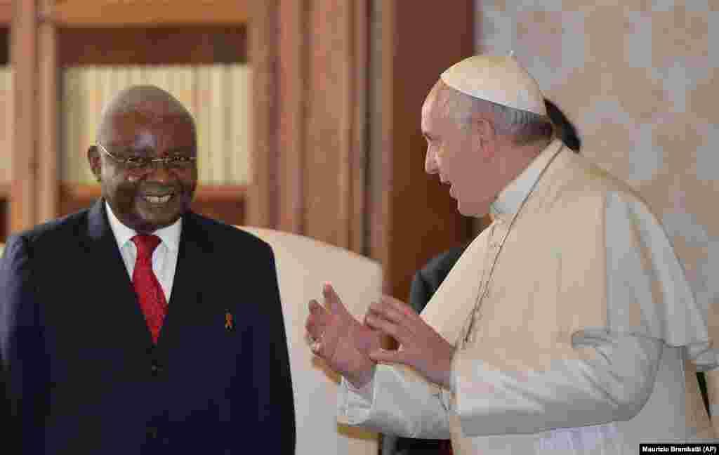 O Papa Francisco e o Presidente de Moçambique, Armando Guebuza, na audiência privada no Vaticano, 4 Dez. 2014