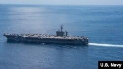 នាវាផ្ទុកយន្តហោះចម្បាំងសហរដ្ឋអាមេរិក USS Carl Vinson ធ្វើដំណើរកាត់មហាសមុទ្រឥណ្ឌា កាលពីថ្ងៃទី១៥ ខែមេសា ឆ្នាំ២០១៧។