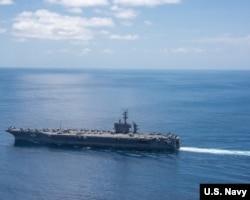 ກຳປັ່ນບັນທຸກເຮືອບິນລົບ USS Carl Vinson (CVN 70) ກຳລັງມຸ່ງໜ້າໄປຍັງມະຫາສະໝຸດ, 15 ເມສາ, 2017.