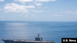 """美国航母""""卡尔·文森""""号行驶在印度洋上。(4月15日拍摄)"""