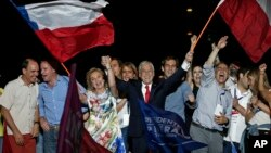 Ansyen prezidan Chili a, Sebastian Pinera, ak madanm li, Cecilia Morel, kap selebre viktwa yo nan eleksyon prezidansyèl yo, nan Santiago, Chili, 17 desanm 2017. (Foto:AP/Luis Hidalgo)