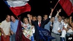 Sebastián Piñera y su esposa, Cecilia Morel, celebran en Santiago, el triunfo del domingo en la segunda vuelta de las elecciones presidenciales chilenas.