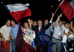 17일 칠레 산티아고에서 퇴임한지 4년 만에 다시 대통령에 당선된 세바스티안 피녜라 전 대통령(가운데)과 부인 세실리아 모렐 여사가 지지자들과 함께 승리를 자축하고 있다.