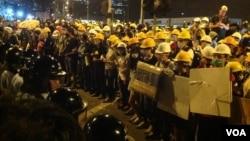 香港市民和学生在特首办附近与警方对峙(美国之音海彦拍摄)