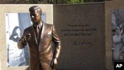 Patung bronze Presiden John F. Kennedy di pusat kota Fort Worth, Texas, merupakan bagian dari penghormatan warga setempat untuk mengenang Presiden Amerika yang tertembak setelah menyampaikan pidatonya di lokasi tersebut, 49 tahun yang lalu (Foto: dok).