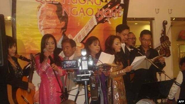 Đêm Du Ca Nguyễn Đức Quang tại quán Paloma Café, San Jose, chiều thứ Sáu 25 tháng Hai, 2011