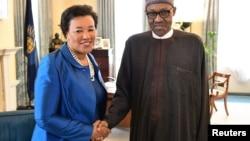 Patricia Scotland avec Muhamed Buhari lors d'une précédente visite en Afrique, le 11 mai 2016.
