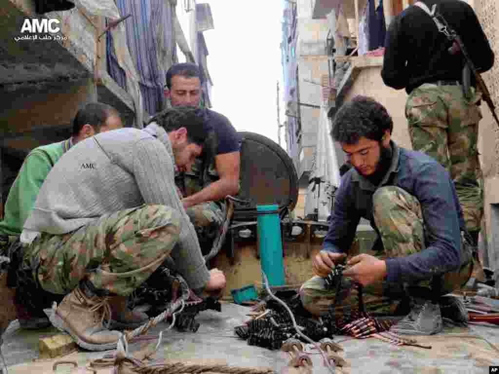 25일 시리아 알레포 시에서 무기를 정비하는 반군 병사들.