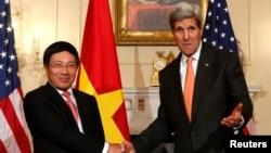 Ngoại trưởng Mỹ John Kerry và Ngoại trưởng Việt Nam Phạm Bình Minh, trong cuộc họp báo tại Bộ Ngoại giao Hoa Kỳ tại thủ đô Washington, ngày 2/10/2014