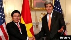 美國國務卿約翰·克里與越南副總理兼外長范平明在美國國務院握手