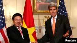 2014年10月2日,美國國務卿約翰•克里與越南副總理兼外長范平明在美國國務院.