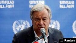 30일 가자지구를 방문한 안토니우 구테흐스 유엔 사무총장이 유엔이 운영하는 가자지구 북부의 한 초등학교에서 기자회견을 하고 있다.