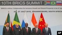 សមាជិកប្លុក BRICS ថតរូបជាក្រុម នៅក្នុងកិច្ចប្រជុំ BRICS នៅក្នុងក្រុង Johannesburg ប្រទេសអាហ្វ្រិកខាងត្បូង កាលពីថ្ងៃទី២៦ ខែកក្កដា ឆ្នាំ២០១៨។
