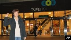 美国之音记者杨晨在台湾101大楼大门口