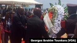 Daniel Kablan a déposé une gerbe de fleur sur le lieu du drame, à Grand Bassam, le 13 mars 2017. (VOA/ Georges ibrahim Tounkara)