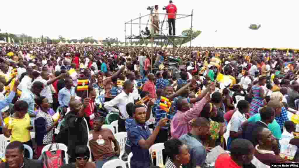 Vijana wa Uganda wanamsubiri Papa kuwasili Kolo kuwahutubia