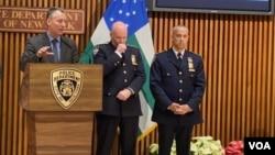 Fausto Pichardo, (extrema derecha) es presentado como nuevo jefe de Patrullas de Nueva York. Foto: Ronen Suarc/VOA.